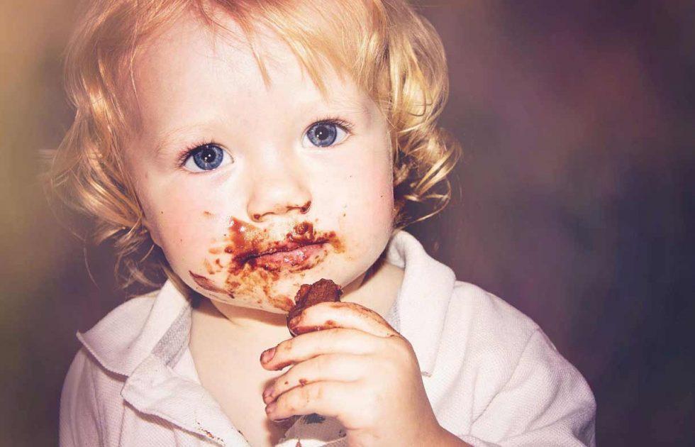 мальчик с шоколадом