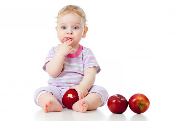 ребенок с яблоками