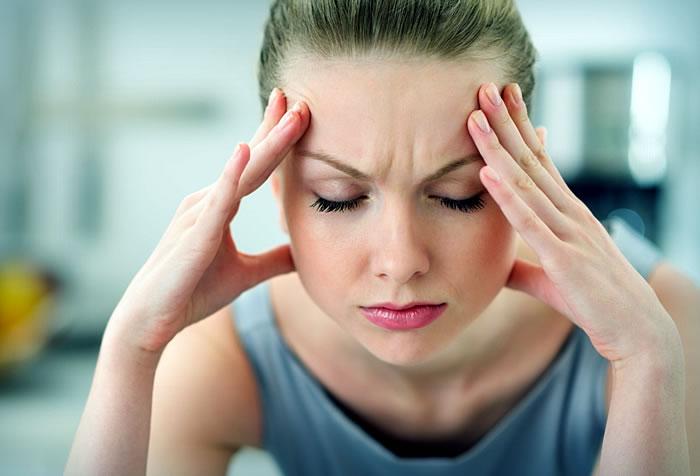 Почему болит голова при месячных