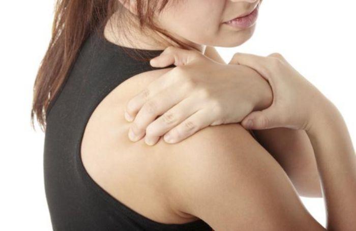 Почему болит плечо правой руки