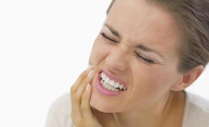 Почему болят десна после удаления зуба
