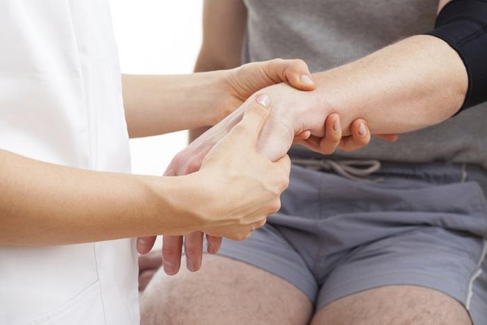 Почему болят кисти рук