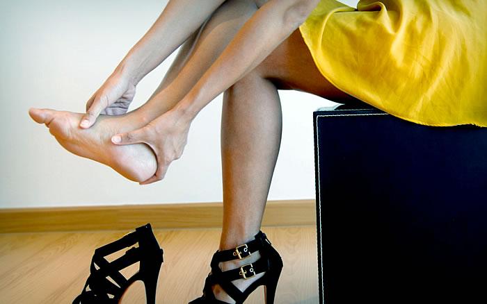 Почему болят пятки ног и как лечить?