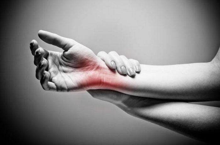 Почему болят запястья рук